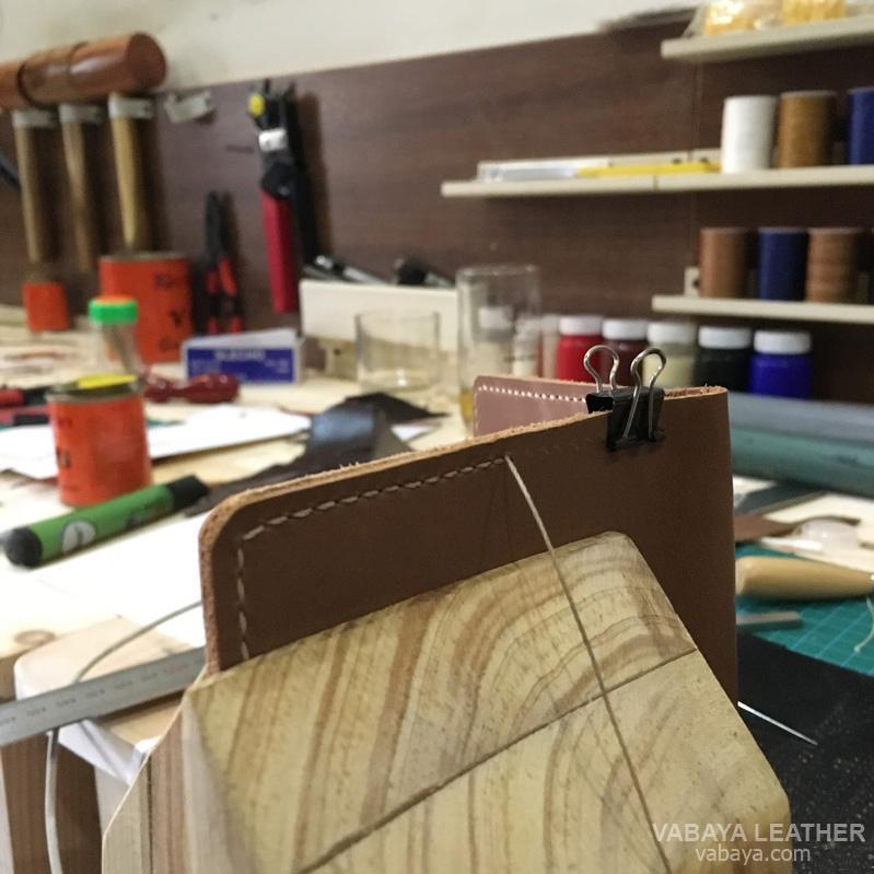 Học làm đồ da handmade đang là một phong trào tốt được các bạn trẻ vô cùng ủng hộ và nhân rộng. Một sản phẩm đồ da handmade đẹp chứa đựng tinh thần của người làm, mức độ tỉ mỉ của các chi tiết thể hiện tâm huyết, mức độ lành nghề của người thợ.