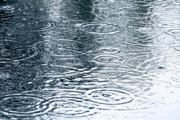 Nước mưa có tác hại với đồ da epsom
