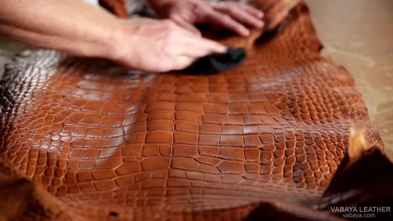 Xử lý nhuộm da cá sấu thủ công