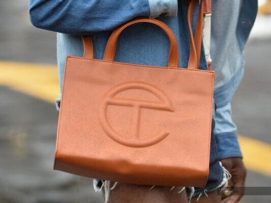 Mẫu túi bị tố đạo nhái và cách xử lý của hãng thời trang Guess